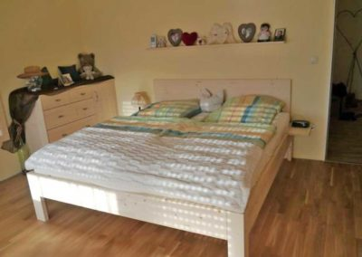 Bett mit 7-türigen Schrank